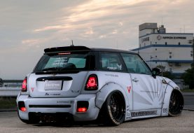 Bavez devant la Mini Cooper custom Liberty Walk d'Angga Bmj